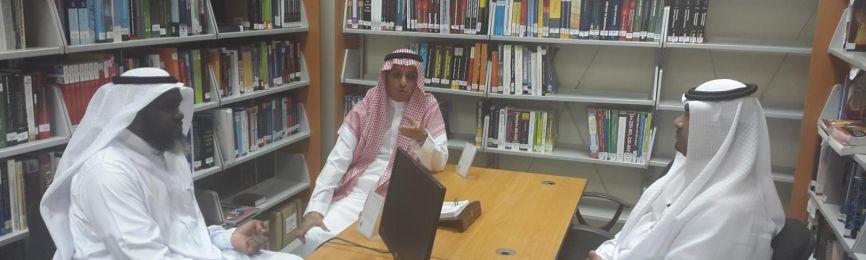El decano de Asuntos de Bibliotecas visita la biblioteca de la Facultad de Ingeniería e Informática de Al-Laiz