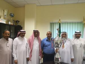 تسليم كأس الدوري الممتاز لسعادة عميد كلية العلوم الاجتماعية