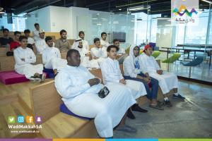 أعضاء هيئة التدريس وطلاب كلية التصاميم يزورون شركة وادي مكة للتقنية