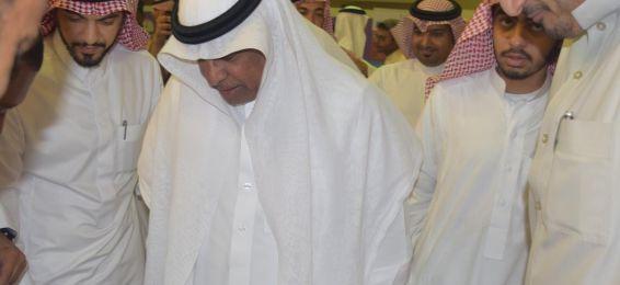 معالي مدير الجامعة يزور جناح العمادة ويطلع على أنشطته