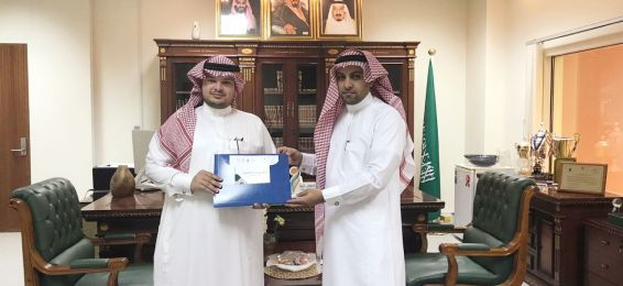 Dean of the College of Applied Sciences Receives the Department of Chemistry's Guide