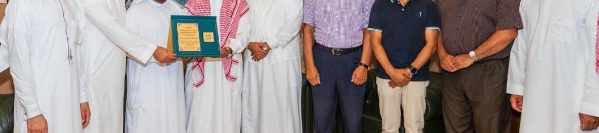 سعادة عميد معهد أبحاث الحج يكرم الدكتور إبراهيم بن علي الخالدي على جهوده