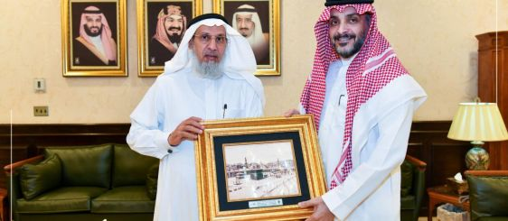 His Excellency the UQU President Honors the Former Dean of Information Technology