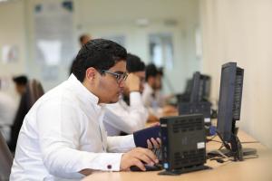 380 طالبا بـ(قسم الكيمياء) يؤدون اختباراتهم (إلكترونيًا)