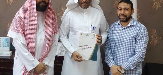 عميد عمادة السنة الأولى المشتركة يطلع على التقرير الختامي لوحدة الإرشاد والدعم الطلابي