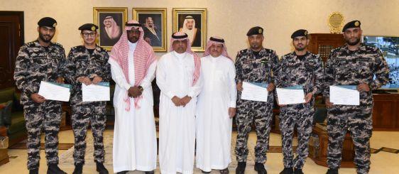 معالي مدير الجامعة يسلم الشهادات لـ٢٦ ضابطاً من قوة أمن المنشآت بمنطقة مكة