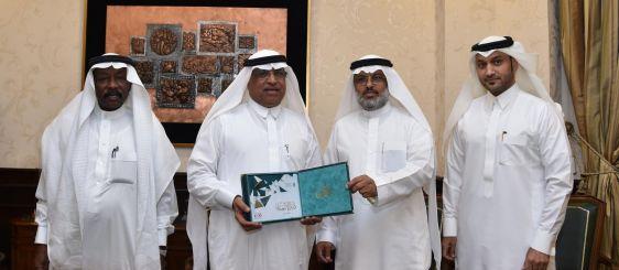 El rector recibe una copia de la guía de los becarios al extranjero
