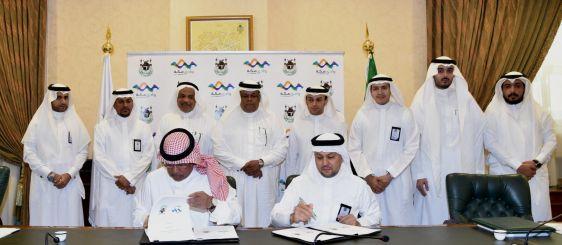 El rector firma un acuerdo para implementar dos programas para emprendedores empresariales en Wadi Makkah