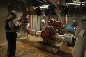 مهندسو إدارة السلامة بالجامعة يقومون بجولة تفقدية لمضخات الحريق